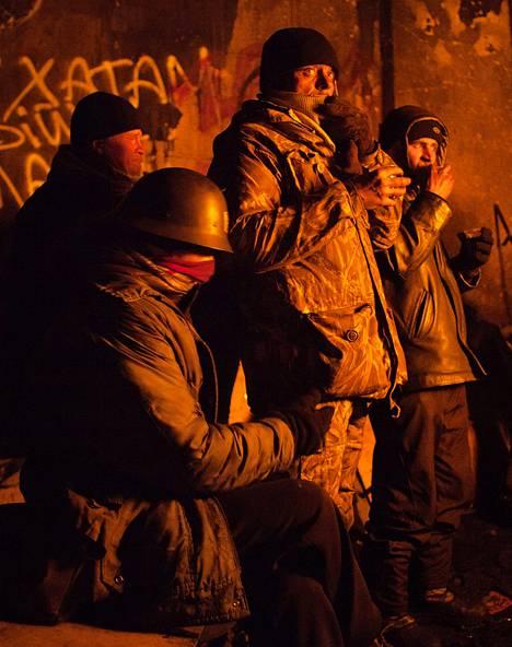 Mielenosoittajat lämmittelivät barrikadeilla Kiovassa tammikuussa.
