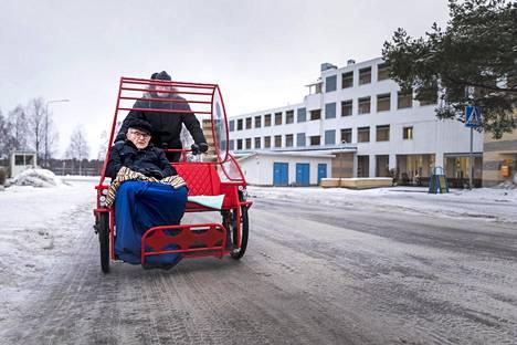 Seppo Hanni pääsi riksa-ajelulle Oulun Tuirassa, kun Mäntykodin tiimivastaava Mikko Otsamo lähti viemään.