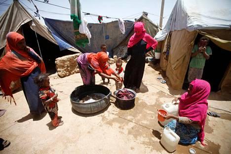Jemenissä on avustusjärjestöjen mukaan meneillään maailman pahin humanitaarinen kriisi. Naiset pesivät pyykkiä pakolaisleirillä Amranin maakunnassa Jemenissä 25. syyskuuta.