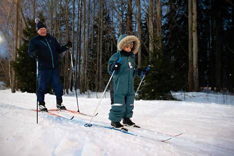 Nelivuotias Romeo Mahundi ja isoisä Keijo Palkamo olivat tänä vuonna toista kertaa hiihtämässä Helsingin Paloheinässä keskiviikkona.