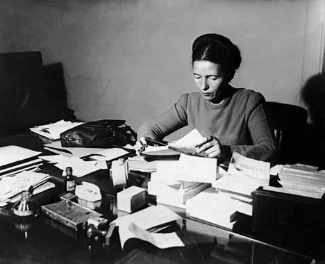 Simone de Beauvoir työpöytänsä ääressä vuonna 1953.