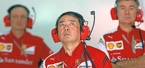 Ferrarin insinööri Hirode Hamashima seurasi tarkkana Malesian GP:n harjoituksia. Singaporen GP-kilpailussa radiolla annettavat ohjeet kielletään.