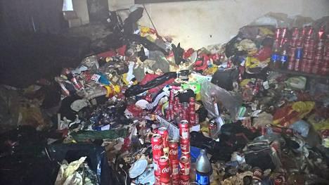 Asunto Helsingin Töölössä täyttyi jätteillä ja ulosteella. Pulloissa ja tölkeissä oli virtsaa.