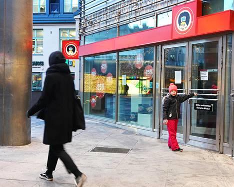 Leluja myynyt ketju BR-lelut meni joulun jälkeen konkurssiin. Kaisa Rignell, 8, ihmetteli Forumin lelukaupan suljettua ovea Helsingissä.