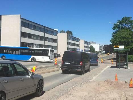 Oulunkylässä hämmästellään bussipysäkkiä, jota käytetään kuskien vaihtoon. Vaihtopysäkillä seisovaa bussia ei voi ohittaa.