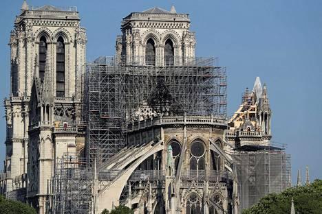 Notre Damen katolla näkyi lauantaina jo ensimmäisiä rakenteita, joilla tuetaan katedraalin vaurioituneita osia.