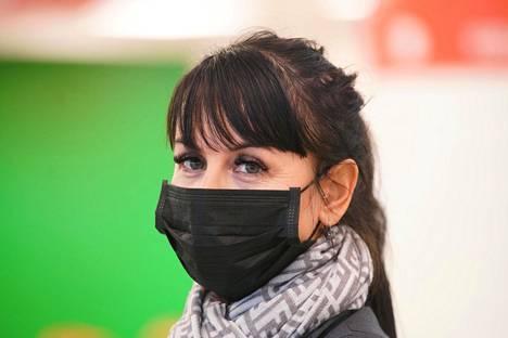 Kristina Laak ohjasi matkustajia laivaan Viking Linen Katajanokan terminaalissa ja valvoi, että ihmiset pitävät turvavälejä.