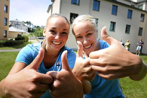 Suomen Nora Heroum (vas.) ja Annika Kukkonen yrittävät tänään kaataa Ruotsin jalkapallon naisten EM-kisoissa.