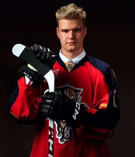 Aleksander Barkov poseerasi varaustilaisuuden jälkeen Florida Panthersin pelipaidassa.