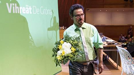 Ville Niinistö kukitettiin vihreiden puheenjohtajaksi Kuopiossa kesällä 2011. Historiallisen hyvistä kannatuslukemista huolimatta hän joutuu jättämään tehtävät kuuden vuoden jälkeen puoluesääntöjen vuoksi.