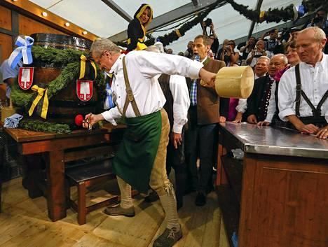 Münchenin pormestari Christian Ude löi hanan kiinni oluttynnyriin ja avasi olutvirran ja Oktoberfestin lauantaina.