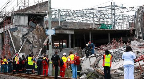 Pelastusmiehistö etsii eloonjääneistä romahtaneen ostoskeskuksen raunioista Tongaatissa.