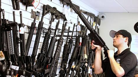 Asekauppias Ryan Martinez esitteli AR-15-asetta kaupassaan Utahin Provossa kesäkuussa 2016. AR-15-mallin aseet ovat olleet käytössä monessa viime aikojen joukkoampumisissa.