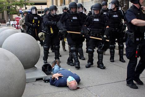 Poliisit tönivät 75-vuotiaan mielenosoittajan Martin Guginon maahan Buffalossa Yhdysvalloissa viime torstaina.