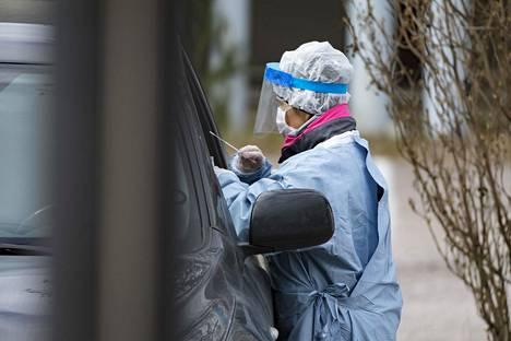 Suomeen perustettiin kevään kuluessa drive-in-testausasemia, joissa koronatesti otettiin niin, että testattava istuu autossaan. Kuvassa Mehiläisen drive-in-testiasema huhtikuun 20. päivänä.