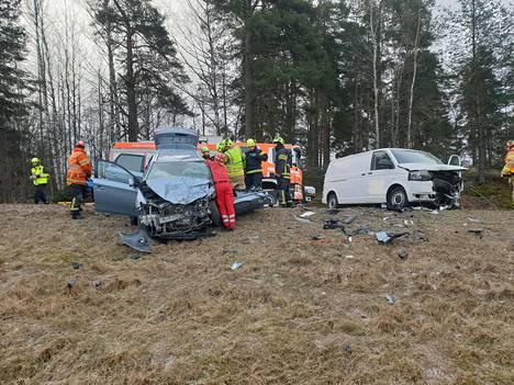 Keski-Uudenmaan pelastuslaitos irrotti henkilöautoon puristuksiin jääneen kuljettajan.