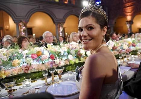 Kruununprinsessa Victoria Nobel-illallisilla joulukuussa 2016. Asu oli H&M:n tuotantoa, mutta se oli tehty tilaustyönä.