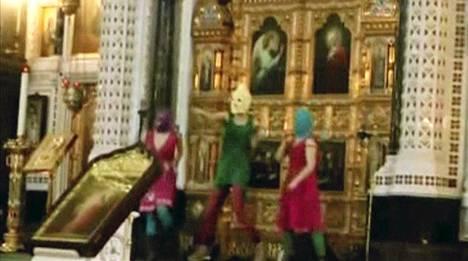 Tunnetuimmalla videollaan Pussy Riot esiintyy moskovalaisessa kirkossa.