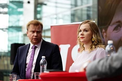 Antti Kaikkonen ja Katri Kulmuni keskustan puheenjohtajatentissä Sanomatalossa 26. elokuuta.
