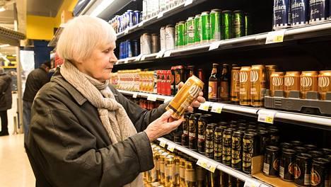 Auli Siitonen kävi Helsingin keskustassa S-marketin oluthyllyn äärellä. Hän päätti ottaa ostoskärryynsä yhden nelosoluen kokeilunhalusta.