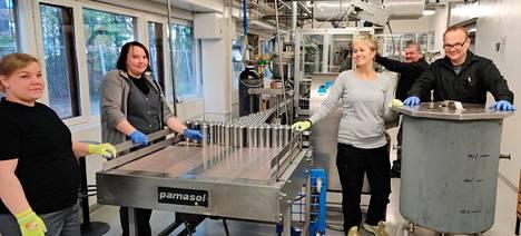 Työtahti järvenpääläisessä yrityksessä on nyt kova. Tuotannossa tehdään kaksitoistatuntisia päiviä ja lisävahvistuksellekin on ollut tarvetta. Vasemmalta Mila Laine, Anne Tammela ja Sanna Mäkinen. Takana Juha Tynkkynen ja oikealle Urho Riikonen.