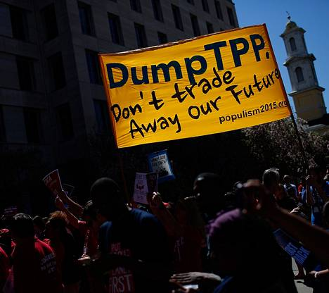 """""""Älkää käykö kauppaa tulevaisuudellamme"""", kauppasopimuksia vastustavat vaativat banderolleissa Washingtonissa maanantaina."""