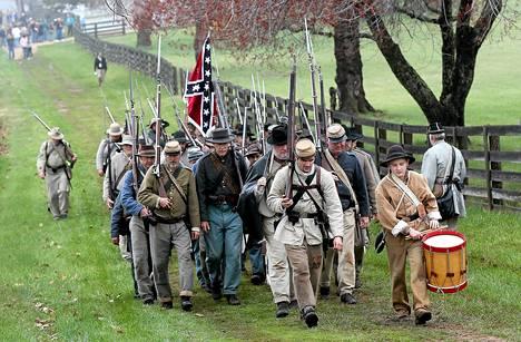 Näyttelijät esittivät torstaina Yhdysvaltojen sisällissodan taistelukentältä vetäytymisen Appomattoxissa Virginiassa. Torstaina tuli kuluneeksi 150 vuotta siitä, kun etelävaltojen kenraali Robert E. Lee antautui.