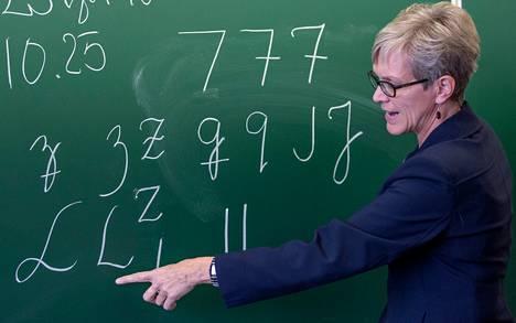 Armi Aikkilan mukaan opettajat tiesivät jo ennen poikkiviivojen poistamista vuonna 2004, että uudistus aiheuttaa sekaannuksia.