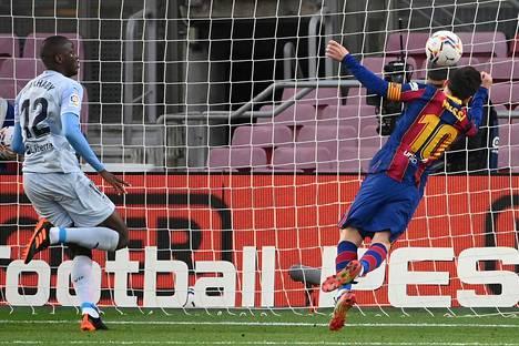 Lionel Messi teki ennätystä sivunneen puskumaalin ensimmäisen jakson lisäajalla rankkarin jälkitilanteesta.