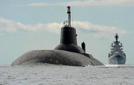 Kolme vuotta sitten venäläinen ydinsukellusvene Dmitri Donskoi ajoi Helsingin edustalla kohti Pietarissa järjestettyä laivastoparaatia. Sen perässä kulki ydinkäyttöinen ohjusristeilijä Pjotr Veliki eli Pietari Suuri.