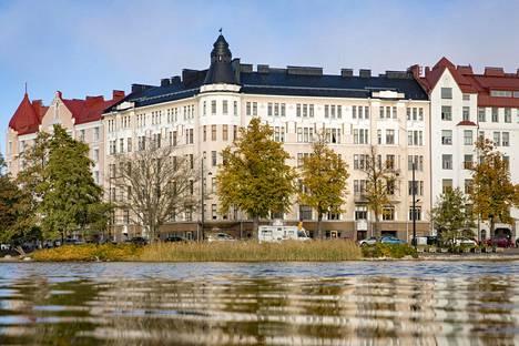 Helsingin Kalliossa Eläintarhanlahden rannalla sijaitseva asunto-osakeyhtiö Saariniemi eli Pitkänsillanranta 17 valmistui vuonna 1912.