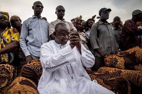 Presidentinvaalit voittanut Adama Barrow tervehti kannattajiaan kampanjansa viimeisenä päivänä 29. marraskuuta.