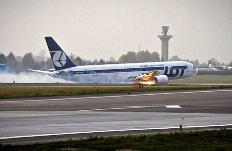 Boeing 767:n moottorista tuli liekkejä laskeutumistilanteessa.