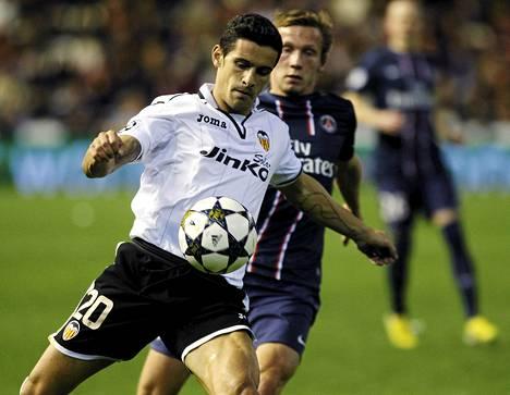 Valencian Ricardo Costa (vas.) yritti saada pallon hallintaansa PSG:n Clement Chantomen estelyistä huolimatta.