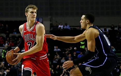 Lauri Markkanen (vas) oli joukkueensa parhaimmistoa perjantaina Indiana Pacersia vastaan. Kuva joulukuun puolivälistä ottelusta Chicago Bulls–Orlando Macig.