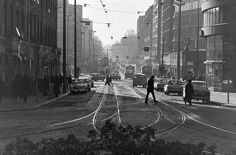 Näkymä Porthaninkadun, Siltasaarenkadun ja Toisen linjan risteyksestä Siltasaarenkadulle Hakaniemen suuntaan vuonna 1970.