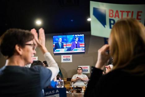 Väittelyn katsojat reagoivat suosikkiensa kommentteihin innolla.