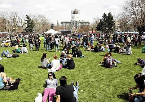 Civic Center -puistossa Denverissä juhlittiin kannabiksen käytön Coloradon osavaltiossa sallivaa huumelakia.