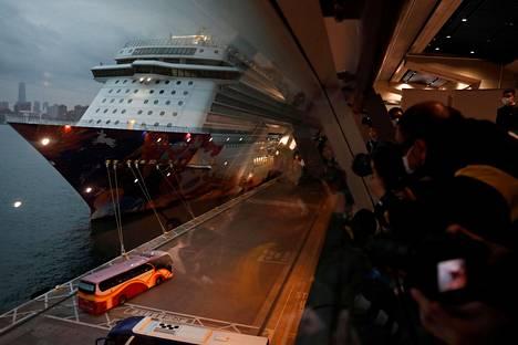 Worl Dream -risteilyalukselta pois päässeet matkustajat kuljetettiin linja-autoilla Hongkongin satamasta lauantaina.