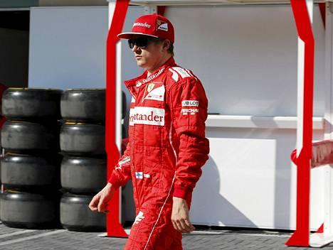 Kimi Räikkönen oli mietteliäänä formulakauden päättäneen Abu Dhabin GP:n varikolla.