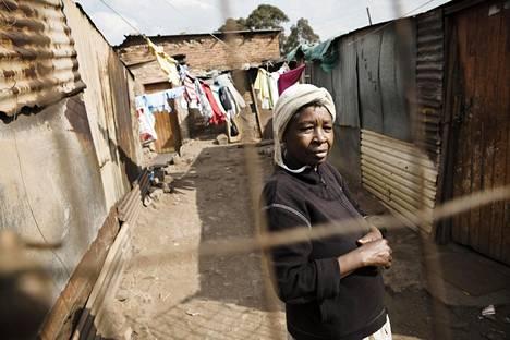 """""""En äänestä ANC:ta enkä mitään muutakaan. He lupaavat vaikka mitä, mutta he eivät onnistu missään. Vanhempani syntyivät ja kuolivat tässä slummissa. Olen nyt 58-vuotias ja minäkin synnyin ja kuolen täällä"""", slummissa Kliptownissa asuva nainen sanoo."""