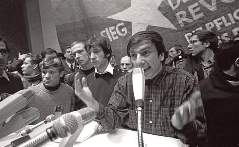 Rudi Dutschke puhuu kansainvälisessä Vietnam-kongressissa Berliinissä helmikuussa 1968.