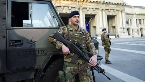 Sotilaat valvoivat liikkumisrajoitusten noudattamista Milanossa viime viikonloppuna.