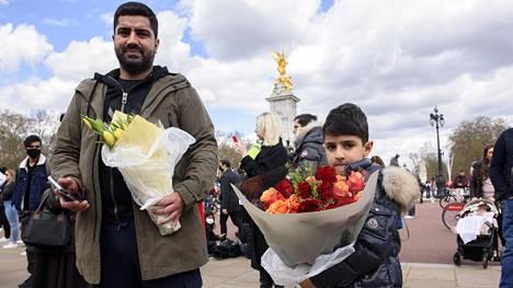 Mohammed Muradi ja hänen Nasser-poikansa muistivat prinssi Philipiä kahdella kukkakimpulla.