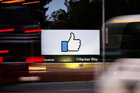 Facebookin kyltti yhtiön pääkonttorin luona Menlo Parkissa Kaliforniassa.