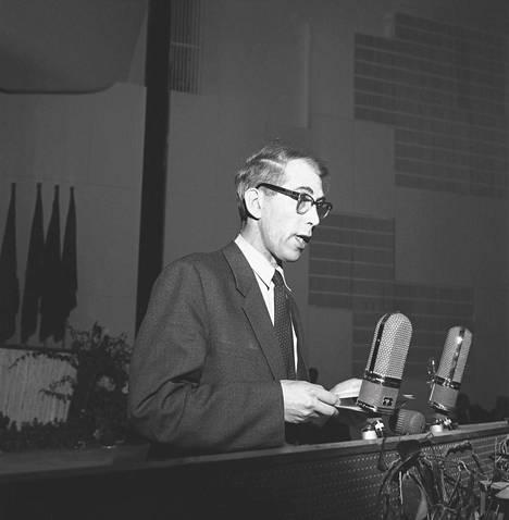 Mauri Ryömä puhumassa SKP:n edustajakokouksessa Helsingin Kulttuuritalolla vuonan 1957. – Kirjan kuvitusta.
