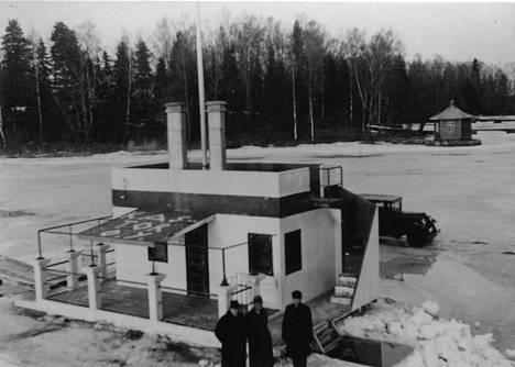 Isak Räsänen käytti saunaa myös käydessään avannossa. Kuva on otettu vuosien 1935–1942 välillä.