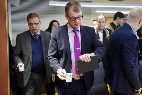 SAK:n silloinen puheenjohtaja Lauri Lyly (vas.) isännöi pääministeri Juha Sipilää maaliskuussa 2016. Nyt kiistanaiheeksi on noussut se, mitä Sipilä SAK:n hallituksen kokouksessa lupasi.