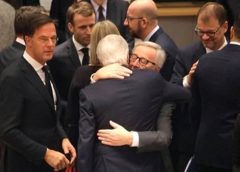 Uutistoimisto Reuters välitti maailmalle uutiskuvan, jossa Euroopan komission puheenjohtaja Jean-Claude Juncker halasi Euroopan Unionin johtavaa Brexit-neuvottelijaa Michel Barnieria EU:n huippukokouksessa Brysselissä sunnuntaina. Vasemmalla Hollannin pääministeri Mark Rutte, taustalla Ranskan presidentti Emmanuel Macron, oikealla Suomen pääministeri Juha Sipilä.