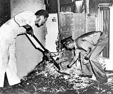 Yhdysvaltalaisen Mary Reeserin kerrottiin syttyneen tuleen itsestään St. Petersburgissa Floridassa vuonna 1951. Reeserin jäännökset olivat tuolissa – vain selkärangan kerrottiin jääneen jäljelle. Selitys saattoi olla unilääkkeitä syöneen Reeserin nukahtaminen kesken tupakoinnin.